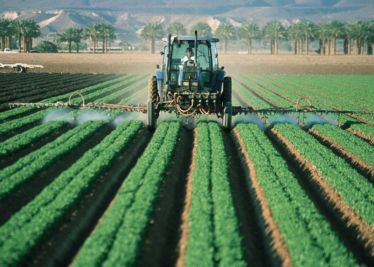 Warto kupować urządzenia rolnicze, czy lepiej zdecydować się na wynajem?