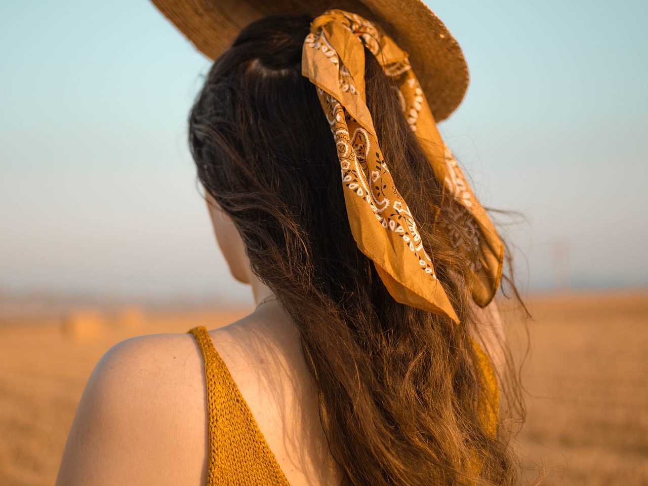 Szale i apaszki: niebanalny dodatek do stylizacji